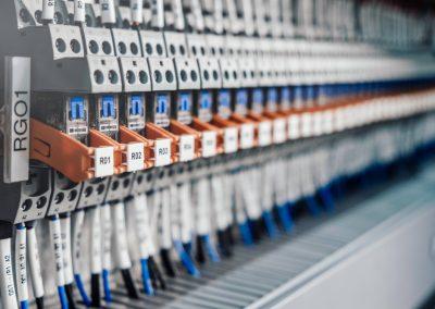 Disposition de relais electrique sur le rack de larmoire avec cablage terminal et cable a linterieur de larmoire electrique et de commande