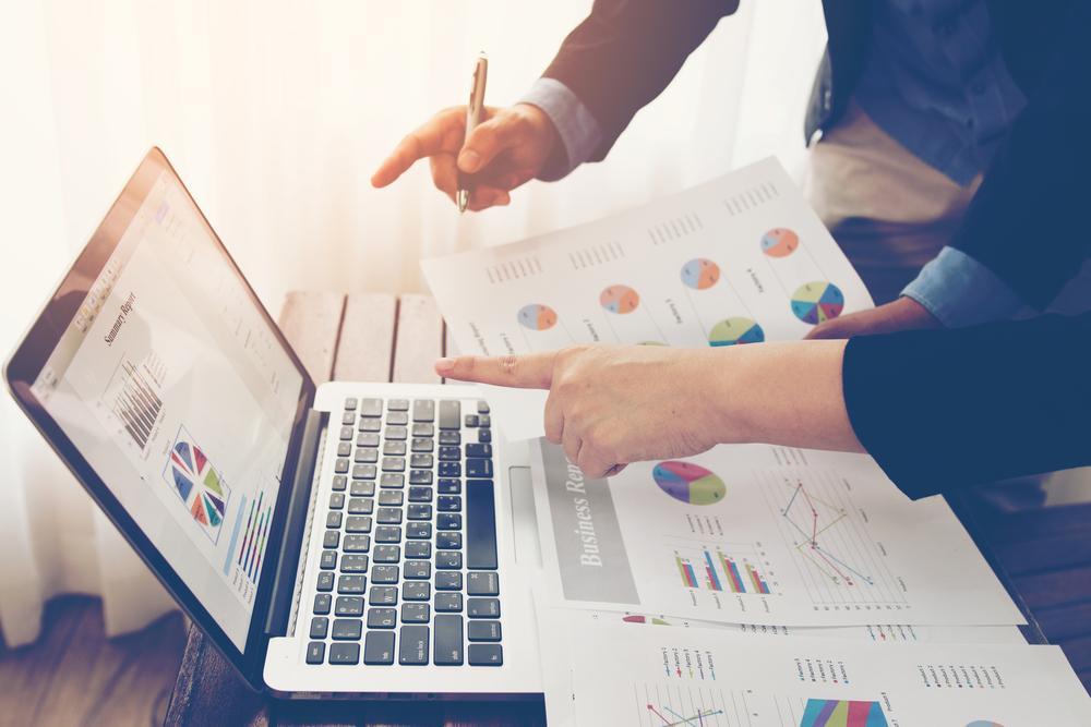 Equipe de consultants en investissement dentreprise analysant letat du bilan du rapport financier annuel de lentreprise