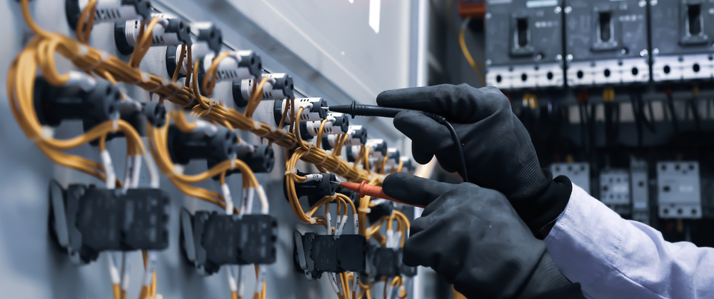 Ingenieur electrique utilisant un equipement de mesure numerique de plusieurs metres pour verifier la tension du courant electrique a un disjoncteur