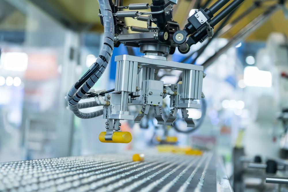 Robot industriel avec convoyeur en usine concept Smart factory 4.0.