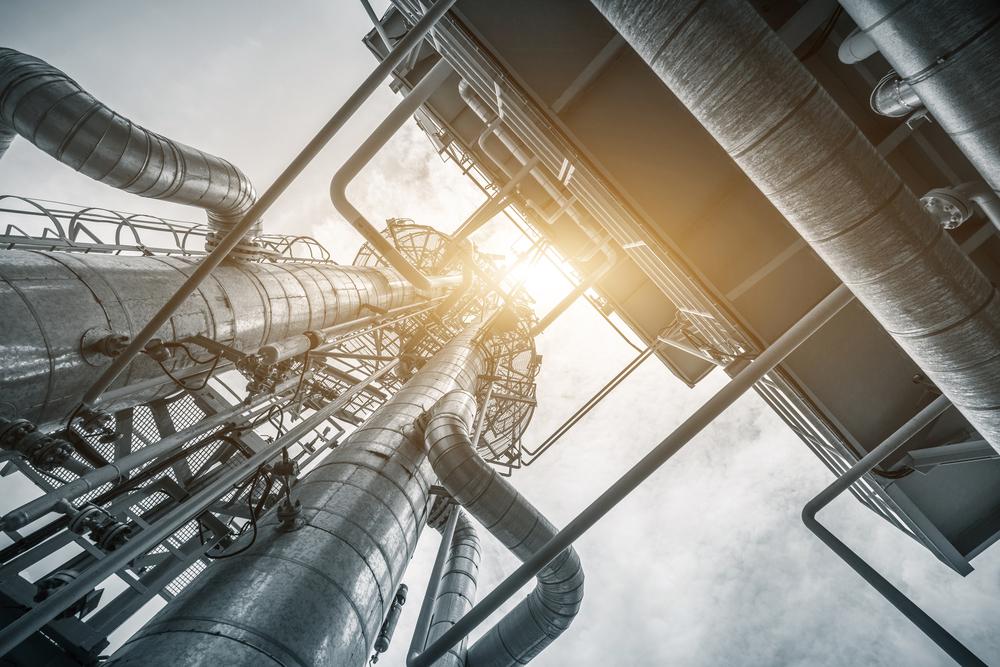 equipement et pipeline dans une raffinerie de petrole en ciel clair